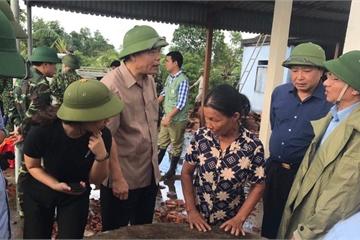 Bộ trưởng Nguyễn Xuân Cường thăm 41 hộ dân bị thiệt hại nặng do lốc xoáy tại Hà Tĩnh