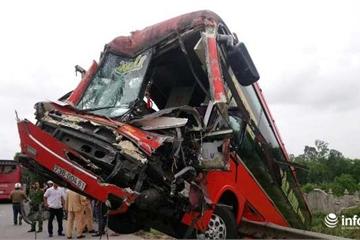 Huế: Xe bồn và xe khách đâm nhau kinh hoàng trên QL1A, 4 người nhập viện