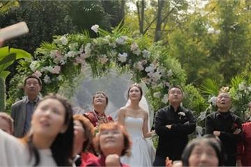 Đám cưới hoành tráng, chú rể thuê cả máy báy rải phong bì lì xì cho khách mời