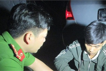 Thanh niên thuê taxi đi bán 4kg thuốc nổ bị bắt quả tang