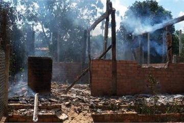 Cãi nhau với mẹ, nam thanh niên châm lửa đốt nhà cháy trụi