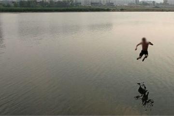 Bị công an vây bắt, một con bạc nhảy xuống sông tử vong