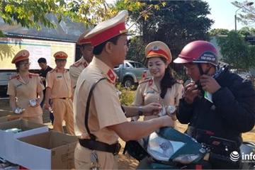 Nghìn người Đắk Nông về quê đón tết: Mát lòng với chai nước, cái khăn từ CSGT