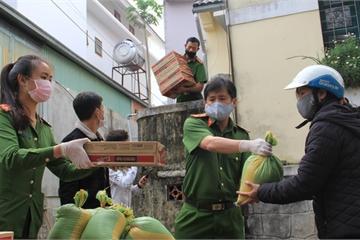 Lâm Đồng: Công an phường tặng 300 phần quà cho người gặp khó khăn trong mùa dịch