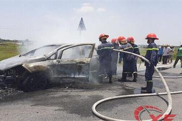 Hà Tĩnh: Ford Eco Sport cháy trơ khung trên đường đi bảo dưỡng