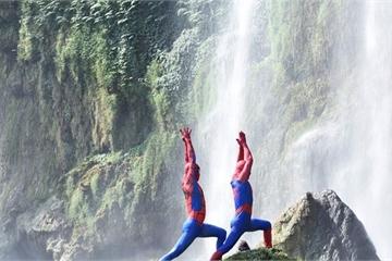 Đôi vợ chồng Cosplay người nhện dắt nhau lên thác Bản Giốc tập Yoga