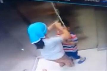 Chơi đùa với sợi dây, bé trai bị treo cổ trong thang máy, chị gái nhanh trí giải cứu