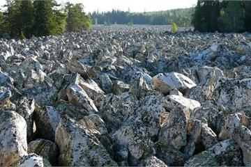 Dòng sông lạ không bao giờ có nước, đá mọc lởm chởm