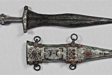 Cận cảnh dao găm bạc 2.000 năm tuổi của lính La Mã