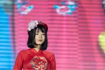 Nữ sinh ung thư vú đội tóc giả diễn thời trang