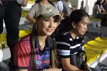 Sao nữ JAV Maria Ozawa cùng hai vệ sĩ lặng lẽ đến sân xem Việt Nam thắng Indonesia