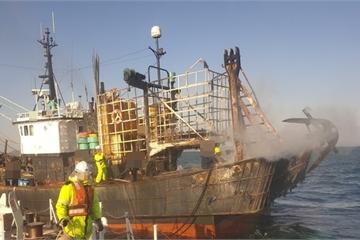 Nóng: Cháy tàu cá ở Hàn Quốc, 2 người Việt thương vong