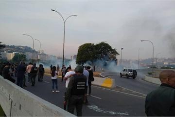 Phe đối lập Venezuela kêu gọi đảo chính, Caracas mịt mù hơi cay và tiếng súng