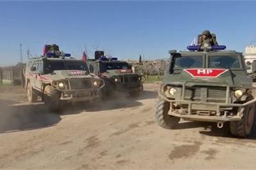 Chạy đua tốc độ ở Syria, quân đội Mỹ chèn ép, đánh bật xe của quân đội Nga