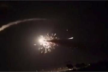 """Tên lửa Israel """"ồ ạt"""" tấn công ban đêm, hệ thống phòng không Syria lập tức đáp trả"""