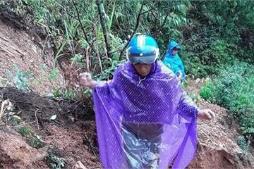 """Lốp xe """"độ xích"""", vượt đầm lầy"""" đến lớp học giữa núi rừng cùng thầy cô giáo Điện Biên"""