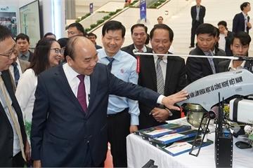 Thủ tướng thăm quan mô hình máy bay không người lái và loạt sản phẩm make in Vietnam