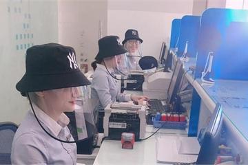 """Ngân hàng mùa dịch, đội mũ chống giọt bắn tiếp khách trông vẫn rất """"xịn sò và này nọ"""""""
