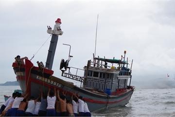 Cán bộ, chiến sĩ Lữ đoàn 127 cứu kéo tàu cá bị mắc cạn