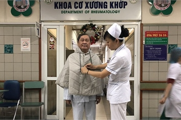 Điều dưỡng, hộ sinh BV Bạch Mai may hơn 500 chiếc áo ấm tặng người bệnh