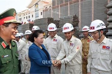 """Chủ tịch Quốc hội động viên """"thợ Việt"""" xây dựng công trình nhà Quốc hội Lào"""