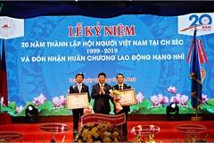 Hội người Việt Nam tại Séc đón nhận Huân chương Lao động hạng Nhì