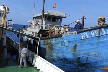 Lực lượng Hải quân tích cực cứu nạn cho ngư dân trên biển