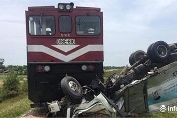 Hà Tĩnh: Tàu hỏa tông ô tô chở sữa và kéo lê hàng trăm mét, tài xế nguy kịch