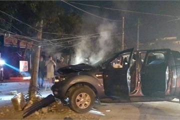 """""""Đi bão"""" mừng U22 Việt Nam chiến thắng, xe bán tải đâm gãy cột điện,2 người bị thương"""