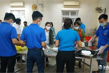 Tất bật chuẩn bị bữa ăn phục vụ người cách ly tại Cổng B ở Hà Tĩnh