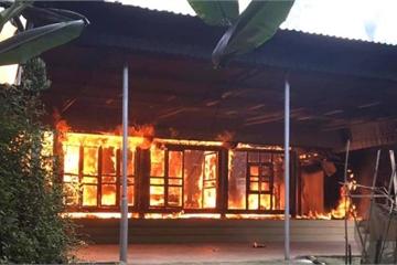 Nhà gỗ bốc cháy, người đàn ông tâm thần suýt mất mạng