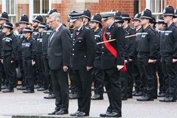 Cảnh sát Anh mặc niệm 39 nạn nhân, kêu gọi nghi phạm ra đầu thú