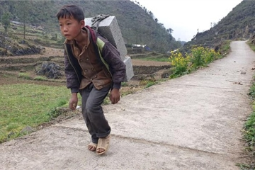 Cậu bé 12 tuổi oằn mình cõng gạch đã được các nhà hảo tâm giúp đỡ
