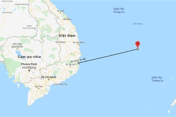 Tàu cứu nạn SAR 27-01 đang đưa một ngư dân về bờ cấp cứu