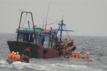 Một tàu cá cùng 6 ngư dân đang phải thả trôi tại Trường Sa