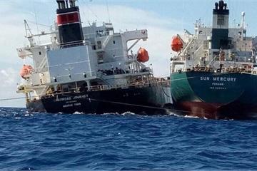 Tàu gần 5.000 tấn bị phá nước do mắc cạn trên vùng biển Mỹ Tho