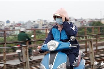 """Hà Nội: Người dân áo ấm, mũ len kín đầu đi làm trong đợt """"gió lạnh đầu mùa"""""""