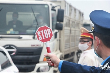 Chốt chặn kiểm soát phòng dịch cửa ngõ Hà Nội: Đo thân nhiệt 100% người qua lại