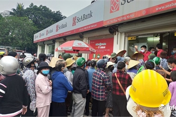 Video: Nhiều người chen chúc nhận gạo miễn phí trước cửa ngân hàng