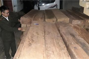 Quảng Bình: Bắt liên tiếp 2 vụ dùng xe ô tô chở gỗ lậu, số lượng lớn