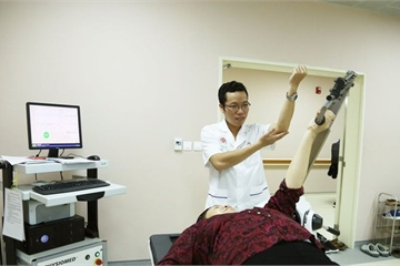 Ứng dụng robot vào điều trị viêm quanh khớp vai như thế nào?
