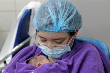 Bạch Mai ngày này: Bác sĩ thay mẹ ruột, ủ bé sinh non như Kangaroo mẹ