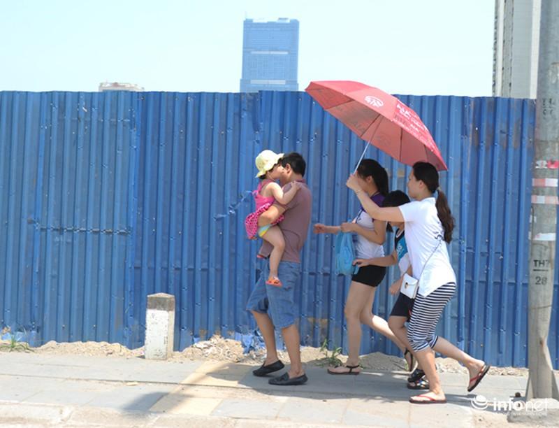 Người Hà Nội vật vã với nắng nóng gần 40 độ - ảnh 1