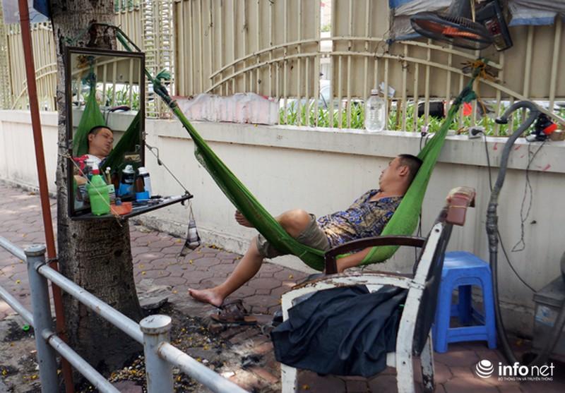 Người Hà Nội vật vã với nắng nóng gần 40 độ - ảnh 9