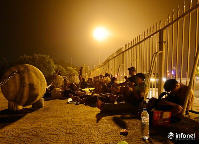 Thâu đêm xếp hàng chờ mua vé trận giao hữu Man City - Việt Nam - ảnh 1