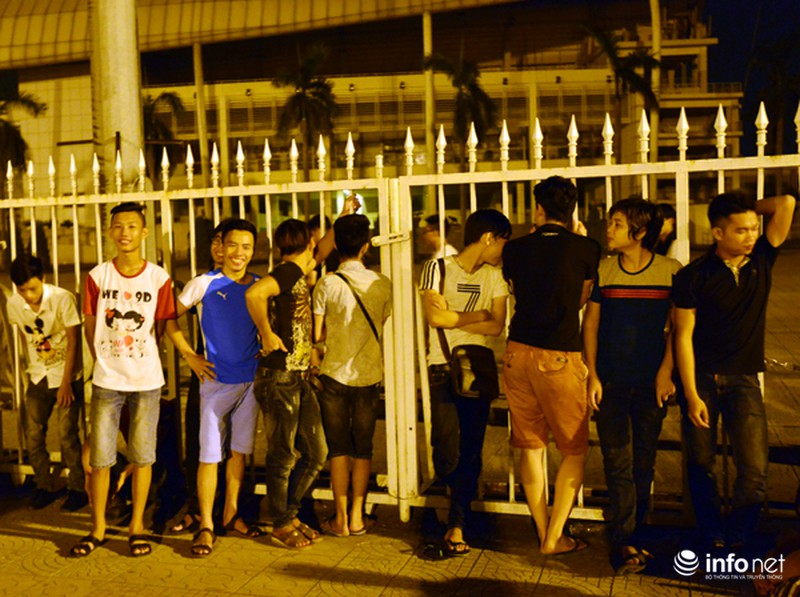 Thâu đêm xếp hàng chờ mua vé trận giao hữu Man City - Việt Nam - ảnh 6