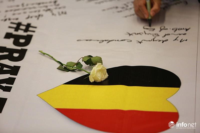 Người dân Hà Nội tưởng nhớ nạn nhân bị đánh bom tại Bỉ - ảnh 3