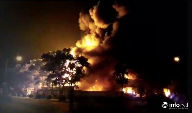 Hiện trường vụ cháy dữ dội kho xưởng tại Khu công nghiệp Nội Bài trong đêm - ảnh 1