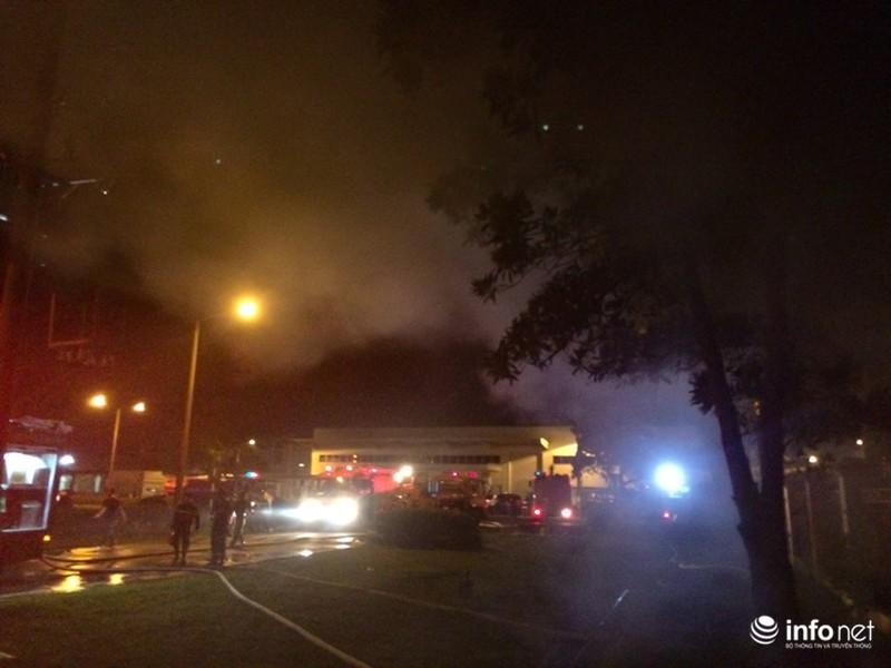 Hiện trường vụ cháy dữ dội kho xưởng tại Khu công nghiệp Nội Bài trong đêm - ảnh 2
