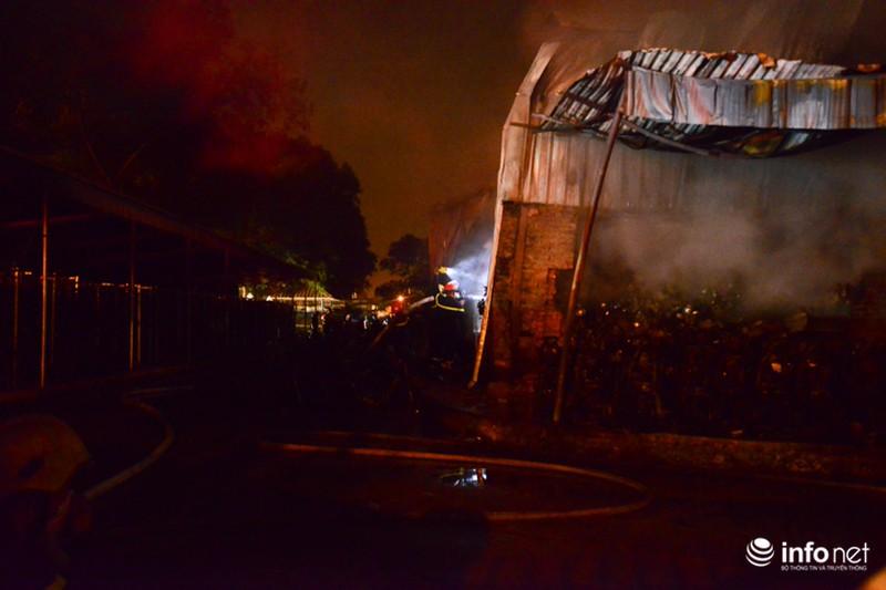 Hiện trường vụ cháy dữ dội kho xưởng tại Khu công nghiệp Nội Bài trong đêm - ảnh 3